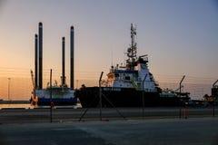 Aftonsikt av Zayed Port med anslöt skepp och oljeplattformar royaltyfri foto