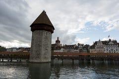 Aftonsikt in mot det kapellbron och tornet Arkivfoton