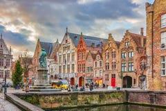 Aftonsikt på den Jan Van Eyck monumentet från Spinolarei, Bruges, Belgien Royaltyfri Foto
