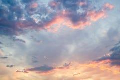 Aftonsky med moln Arkivbilder