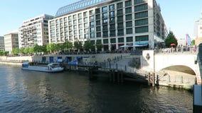 Aftonsol Folk som sitter på festflodkafét i Berlin I bakgrundstvtorn av Alexanderplatz Det turist- fartyget kommer along stock video