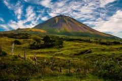 Aftonsol som hedrar Pico på ön av Pico-Azores-Portugal Royaltyfria Foton