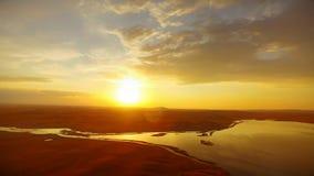 Aftonsolnedgång i dalen ovanför floden Guld- solljus för reflexion i flodvatten stock video