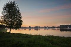 Aftonsolnedgång på sjön Royaltyfria Foton