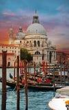Aftonsolnedgångsikt av Grand Canal och basilikadi Santa Maria della Salute i Venedig, Italien arkivfoton