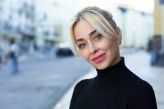 Aftonstående av den härliga blonda kvinnan Fotografering för Bildbyråer