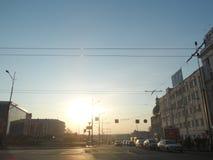 Aftonstad, solnedgång i aftonen från centret i vår på tvärgatorna arkivbild