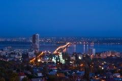 Aftonstaden av Saratov med bron till och med Volgaet River Arkivbild