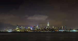 Aftonstorm och blixt i New York City Manhattan Midtownskyskrapor lager videofilmer