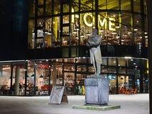Aftontillfångatagande av den HEM- mitten för internationell samtida konst, teater och film och staty av Friedrich Engels i royaltyfri bild