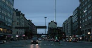 Aftontrafik, bilar och ljus i staden av Stockholm, ultrarapid lager videofilmer