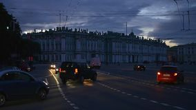 Aftontrafik i St Petersburg fotografiet för eremitboningTid schackningsperiod stock video