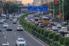 Aftontrafik i storstaden, bilar på väg med skilda vägbanorvägen, trafikstockning på gatan, upptagen stads- sikt på solnedgången royaltyfri foto