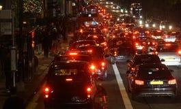 Aftontrafik, London stadsljus Royaltyfri Foto
