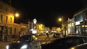 Aftontrafik på den huvudsakliga gatan i Kinsale, Irland stock video