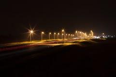 Aftontrafikljus på gatavägen i europeisk stad Royaltyfri Bild