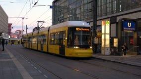 Aftonvideo av spårvagnar och passagerare på den Alexanderplatz stationen, Berlin, Tyskland arkivfilmer