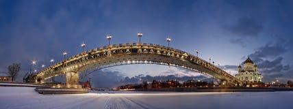 Aftonvintersikt av den patriark- bron från isen av den Moskva floden Arkivfoto