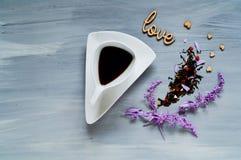 Aftreksel in een witte authentieke ceramische kop op een houten lichte achtergrond met harten, een concept levensstijl Stock Afbeeldingen