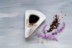 Aftreksel in een witte authentieke ceramische kop op een houten lichte achtergrond met harten, een concept levensstijl Stock Fotografie