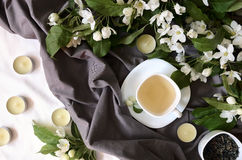 Aftreksel met bloemen op grijze textiel, boven mening Royalty-vrije Stock Foto's
