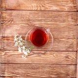 Aftreksel met kruid op oude houten lijst Stock Foto's