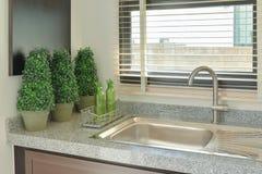 Afunde-se com parte superior contrária da cor cinzenta na cozinha Imagem de Stock Royalty Free