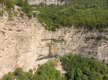 Afurja瀑布 Afurdzhi秋天位于库巴阿塞拜疆 地区Dron射击 库存照片
