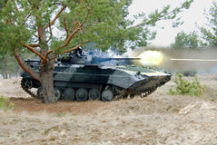 AFV BMP-2 strzelanina Zdjęcia Stock