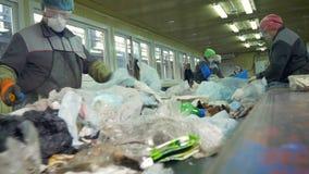 Afval door niet erkende vrouwen wordt gesorteerd die Sluit omhoog 4K stock video