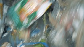 Afval in een recyclerend centrum Het fabrieksmateriaal roteert terwijl het sorteren van veel huisvuil stock footage