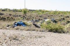 Afval en huisvuil die het milieu verontreinigen stock fotografie