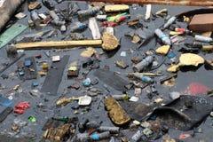 Afval en huisvuil die op de oppervlakte van het water drijven, die riolering veroorzaken stock foto