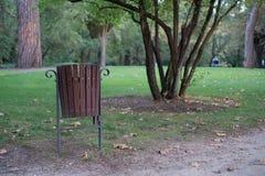 Afval in het park stock foto's