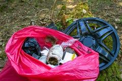 Afval, huisvuil en plastiek in een bos, verontreiniging royalty-vrije stock foto's