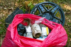 Afval, huisvuil en plastiek in een bos, verontreiniging royalty-vrije stock afbeeldingen