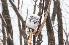 Afval, huisvuil, afval, onder de sneeuw in de bos Een rommel gemaakte van aard stock fotografie