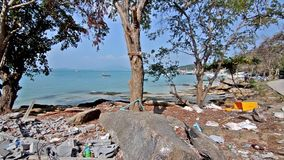 Afval op een mooi strand stock video