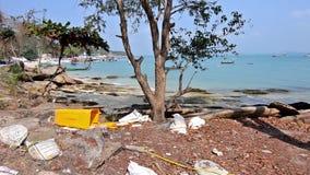 Afval op een mooi strand stock videobeelden