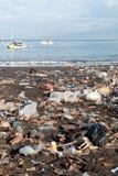 Afval op een verontreinigd strand Stock Foto's