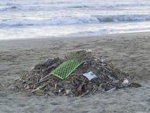 Afval op het strand: veel plastiek die overzeese verontreiniging veroorzaken royalty-vrije stock afbeeldingen