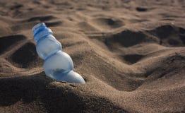 Afval op het zand van een Italiaans strand Stock Foto's