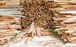 Afval oude houten kringloopstapel voor achtergrond Stock Foto's