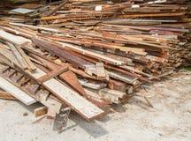 Afval oude houten kringloopstapel voor achtergrond Stock Foto
