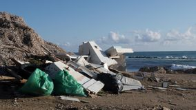 Afval, plastiek, huisvuil op het zandige strand Afval en kringloopconcept Langzame Motie stock footage