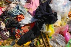 Afval van huisvuil dat door natuurlijke middelen wordt gedegradeerd stock afbeeldingen