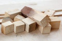 Afval van pijnboom het houten bars op triplex Stock Foto
