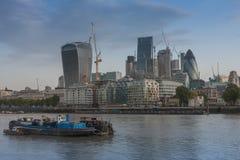 Afvalaak op Thame, op achtergronddijk en Londen skysc Royalty-vrije Stock Foto's