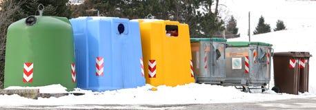 Afvalbakken voor papierafval en gebruikte glasflessen Stock Foto