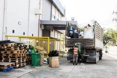 Afvalbeheer, de vuilnisauto met arbeider Stock Foto